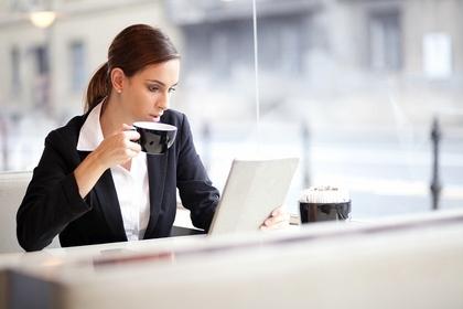 コーヒーとパソコンと女性