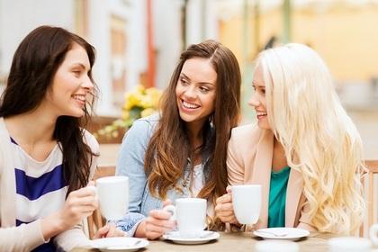 カフェで談笑する3人の女性