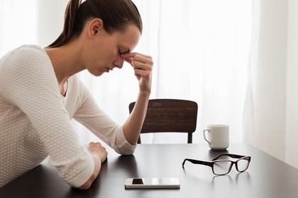 仕事に疲れている女性