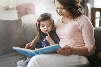 絵本を読んでもらう子供