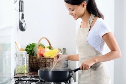 肉を焼く女性