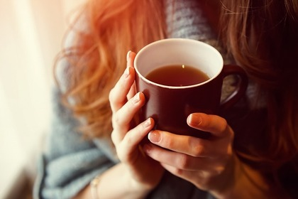 お茶を入れてあげる女性