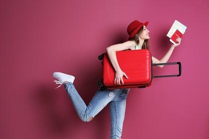 スーツケースを抱える女性