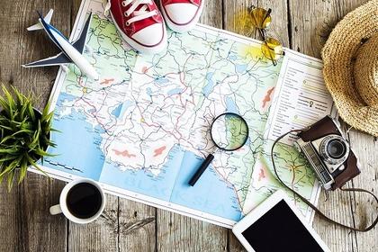 地図を机に広げる様子