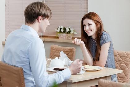 カフェで話をする二人