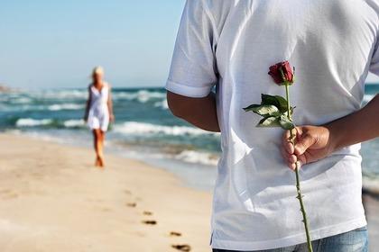 背中にバラを持つ男性