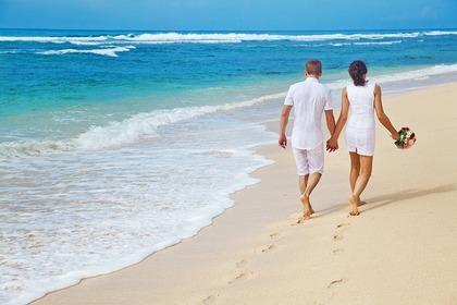 ビーチで散歩する男女