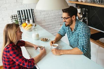 キッチンで話をする2人