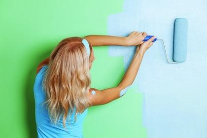 壁塗りしている女性