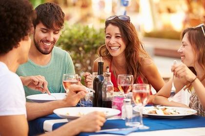 楽しく食事をする人たち