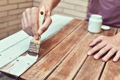 ペンキを塗る人