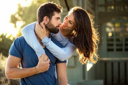 男性に抱きつく女性