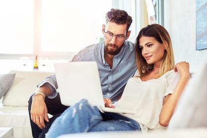 パソコンを見ているカップル