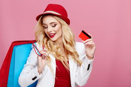クレジットカードでお買い物を楽しむ女性