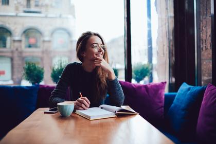 一人カフェをする女性