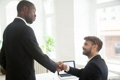 握手を交わす男性の画像