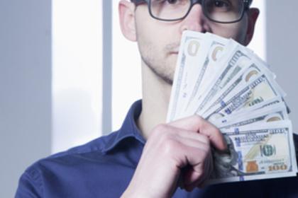 ドル札を持っている眼鏡の男性