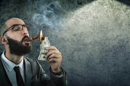 たばこでお金を燃やす