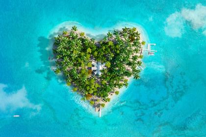 海に浮かぶハート型の島
