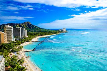 広い海と砂浜と青い空