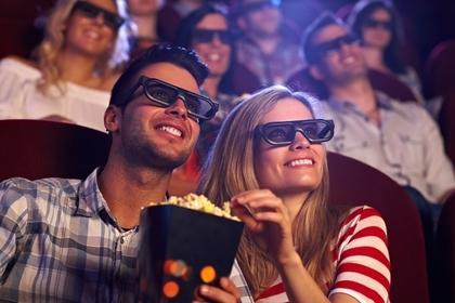 映画を見る男女