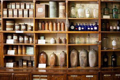 棚に並べられた薬剤